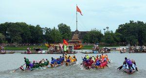 Đua thuyền trên sông Thủ Lễ